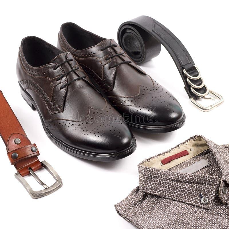 Mäns ställde tillfälliga dräkter in för mankläder med bruna skor, bältet, skjortan som isolerades på en vit bakgrund arkivfoton