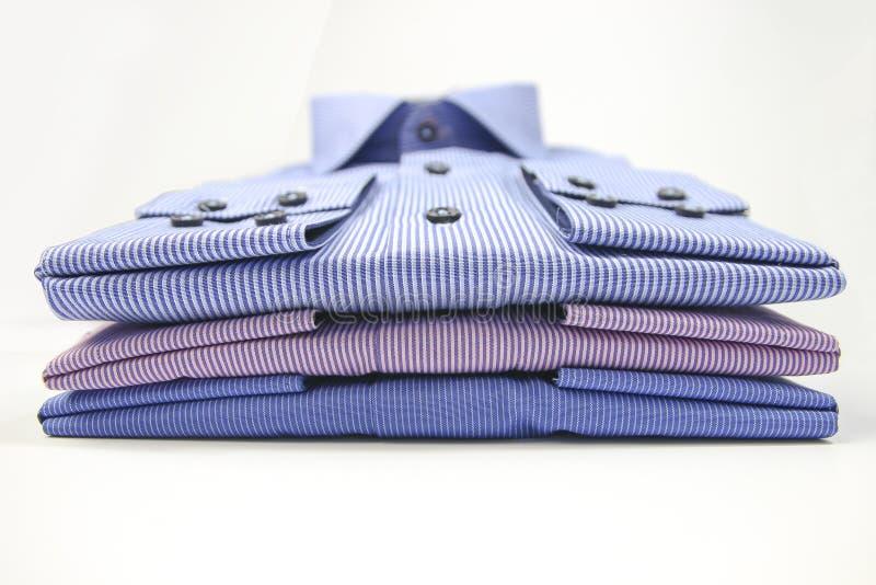 Mäns t-skjorta vikt på bakgrund arkivfoto
