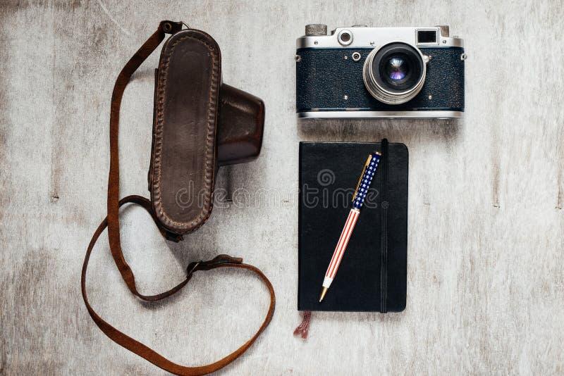 Mäns tillbehör, bästa sikt på för kameraanteckningsbok för träbakgrund en Retro penna arkivfoto