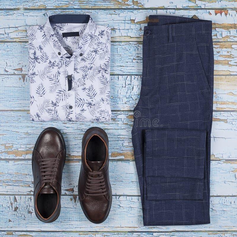 Mäns tillfälliga dräkter för män som beklär uppsättningen med skor, byxa, skjorta på träbakgrund, bästa sikt arkivbild