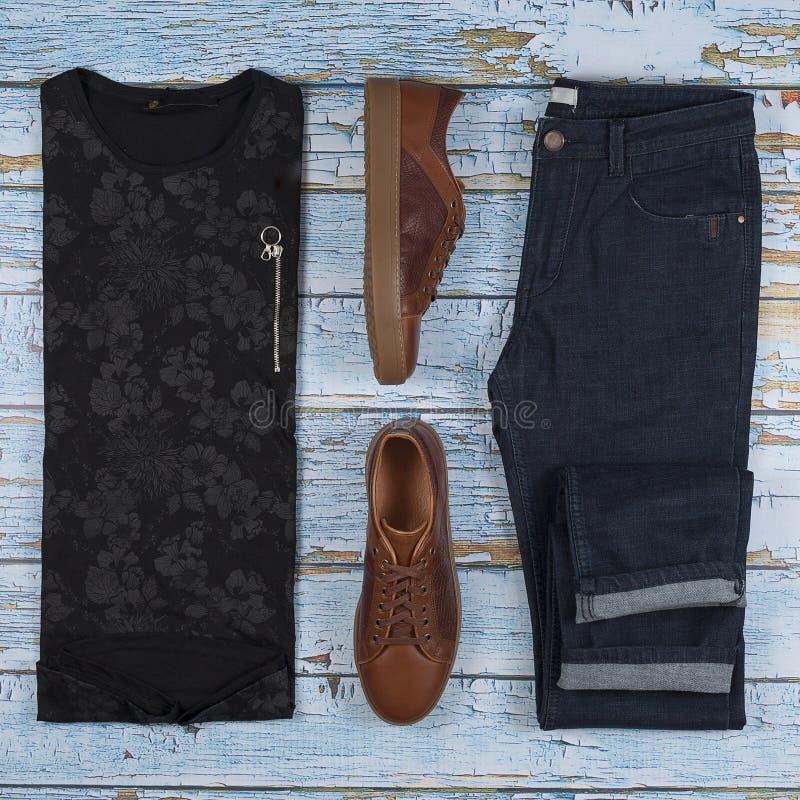 Mäns tillfälliga dräkter för mankläduppsättning med bruna skor, byxa, skjorta som isoleras på en träbakgrund, bästa sikt royaltyfri foto