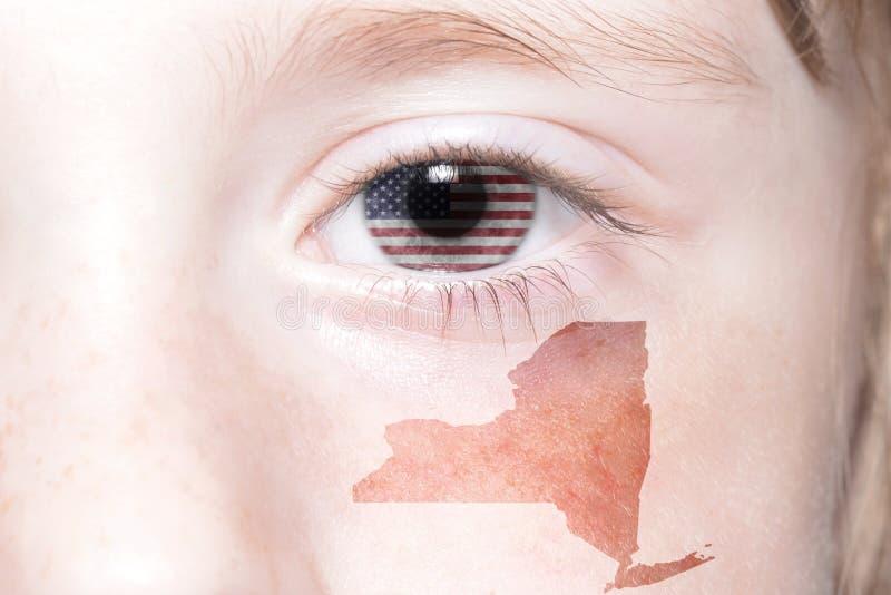 Mänsklig framsida för ` s med nationsflaggan av den USA och New York statöversikten royaltyfria bilder