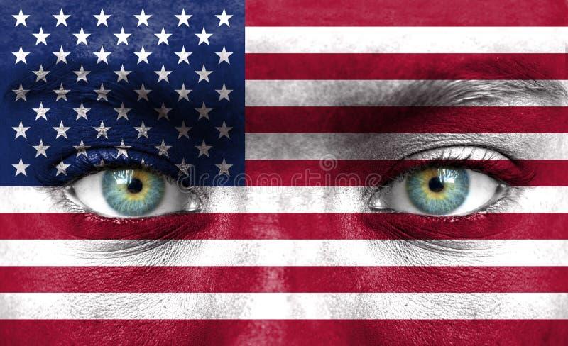 Mänsklig framsida som målas med flaggan av Amerikas förenta stater arkivbild