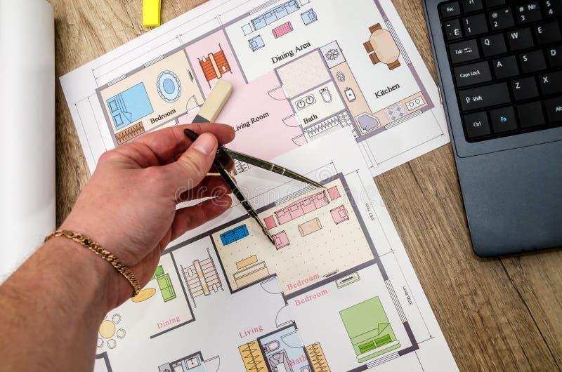 Mänsklig hand, arkitektoniskt plan med bärbara datorn royaltyfria bilder