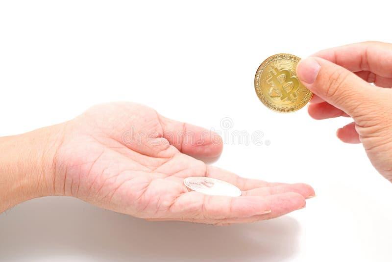 Mänsklig hand för ` som s ger cryptocurrency guld- bitcoin till en andra personer på vit bakgrund Faktiskt digitalt pengarbegrepp royaltyfria foton