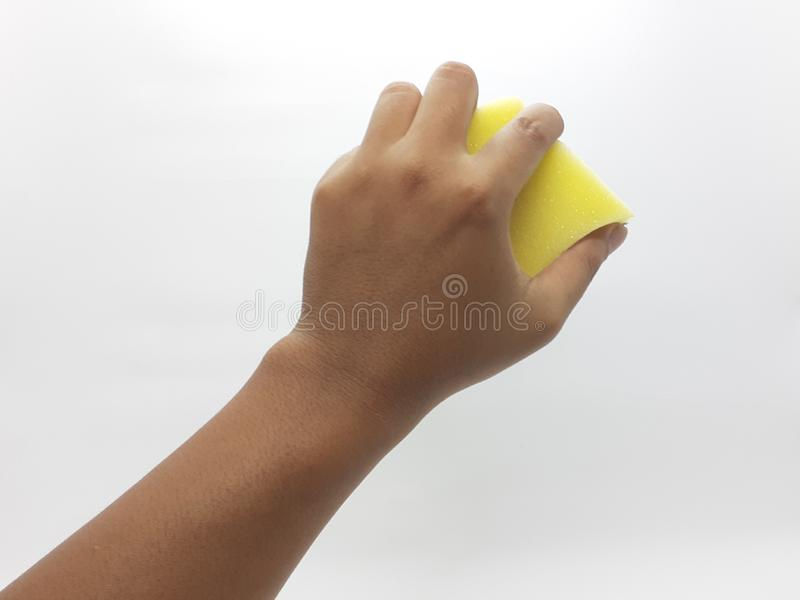 Mänsklig hand som rymmer en rengörande svamp för tvättande disk i vit isolerad bakgrund 03 royaltyfri fotografi