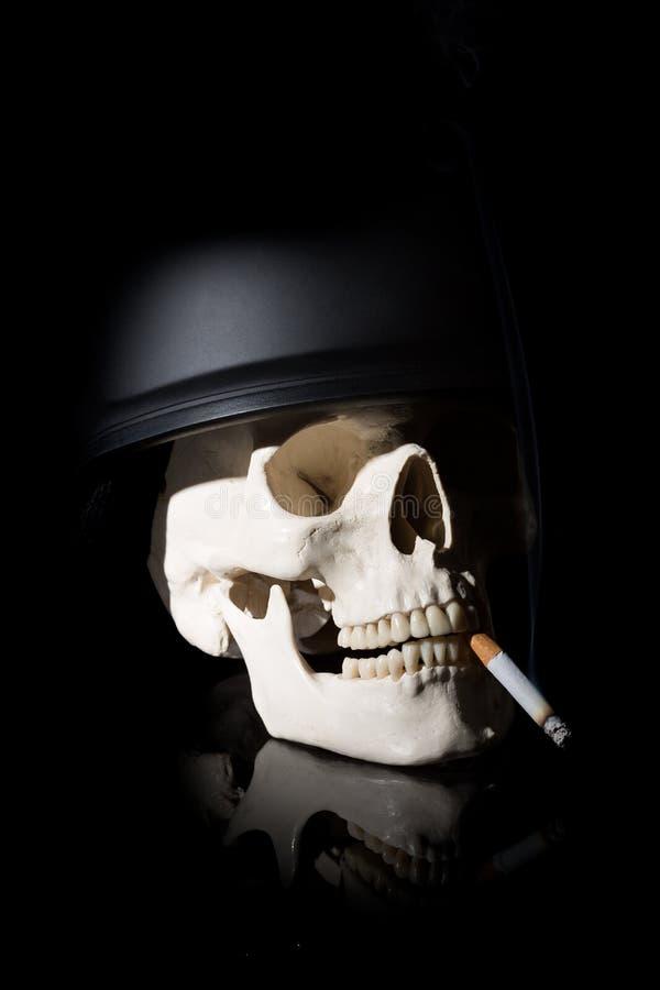 Mänsklig skalle i soldathjälm arkivfoto