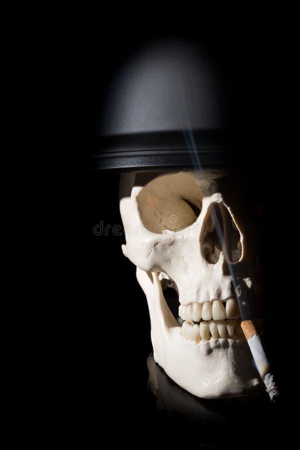 Mänsklig skalle i soldathjälm royaltyfri fotografi