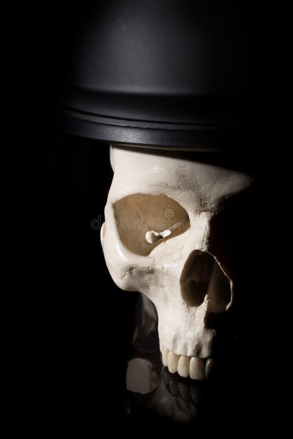 Mänsklig skalle i soldathjälm arkivfoton