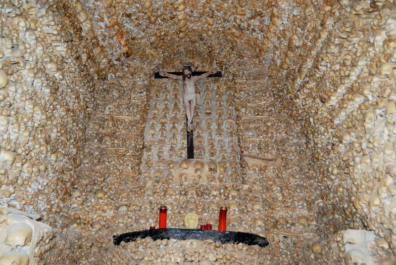 Mänskliga skallar och ben fixade i väggen av kapellet av ben (Capella DOS Ossos) på Alcantarilha i Silves, Portugal fotografering för bildbyråer