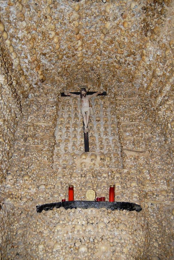 Mänskliga skallar och ben fixade i väggen av kapellet av ben (Capella DOS Ossos) på Alcantarilha i Silves, Portugal royaltyfri fotografi