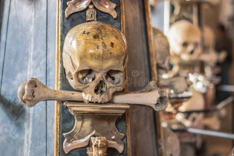 Mänskliga skallar och ben i en kyrka i Kutna Hora Sedlec Ossuarytjeck: Kostnice i Sedci royaltyfria bilder