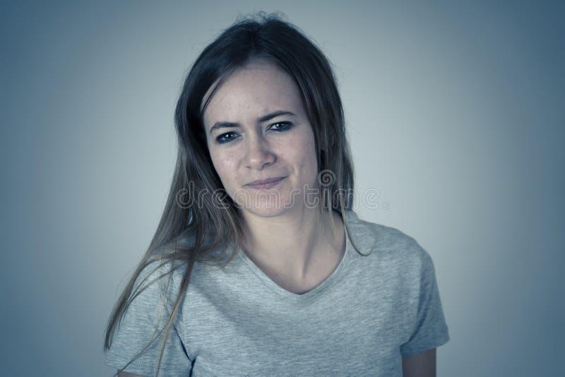 Mänskliga uttryck och sinnesrörelser Lynnig kvinnlig tonåring med den ilskna framsidan som ser rasande arkivfoton