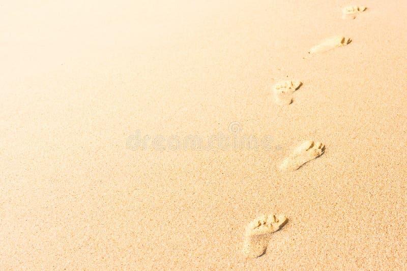 Mänskligt fotspår på strandsand royaltyfria bilder