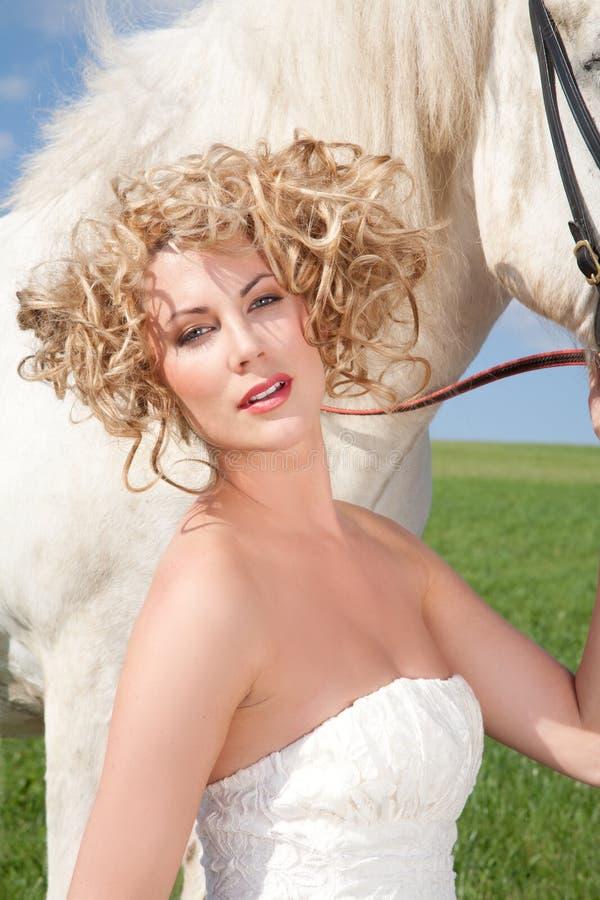 Märchen über weißes Pferd und blonde Schönheit stockfotos