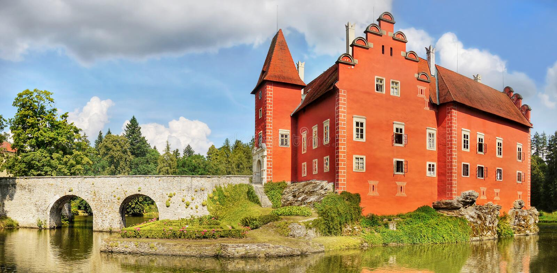 Märchen-romantisches rotes Schloss-Chateau stockfotografie