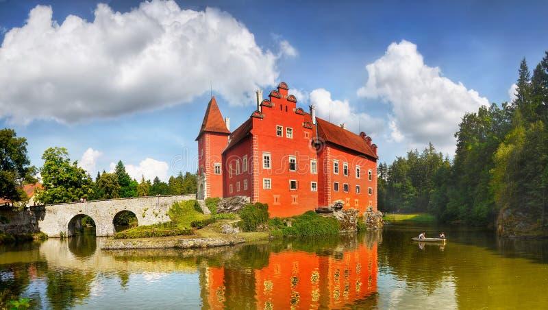 Märchen-romantisches rotes Schloss-Chateau lizenzfreie stockfotos