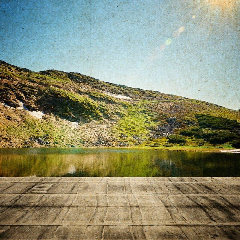 Märchen-Wald im Retrostil Papierweinlese gemasert Große Berge lizenzfreies stockbild