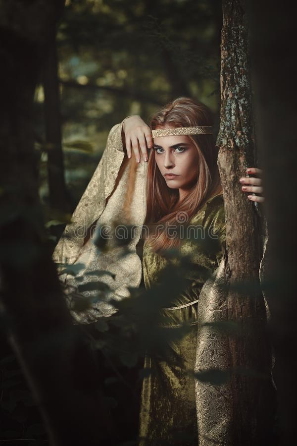 Märchenfrau mit grünem Kleid stockfotografie