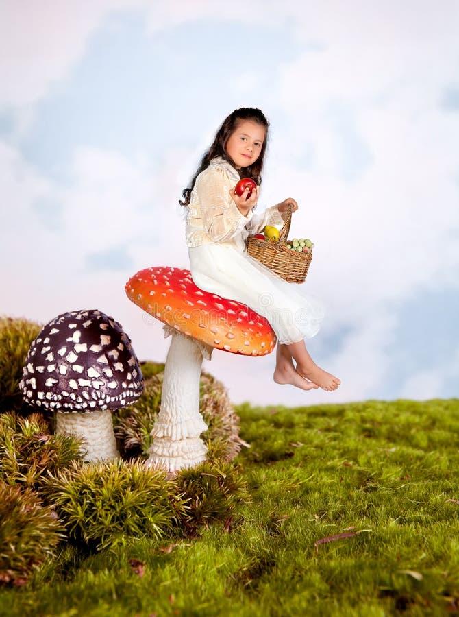 Märchenmädchen auf Toadstool stockfotos