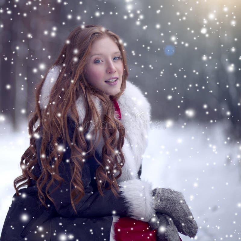 Märchenmädchen im Schaffellmantel im magischen Wald lizenzfreie stockbilder