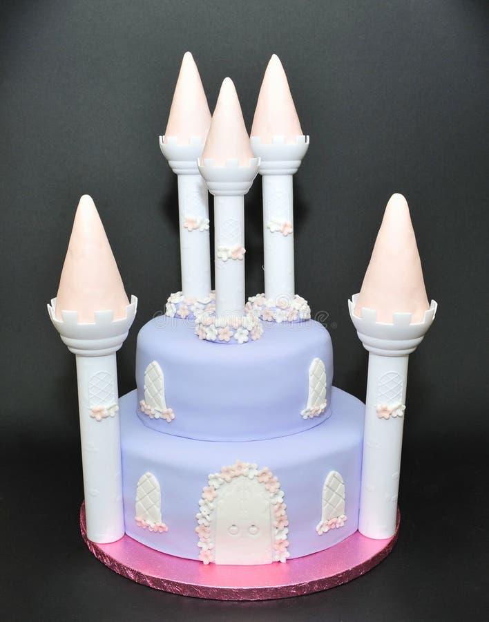Märchenschloss-Fondantkuchen für spezielle Geburtstage lizenzfreies stockbild