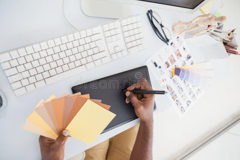 Märkes- användande digitizer och färghjul royaltyfria foton