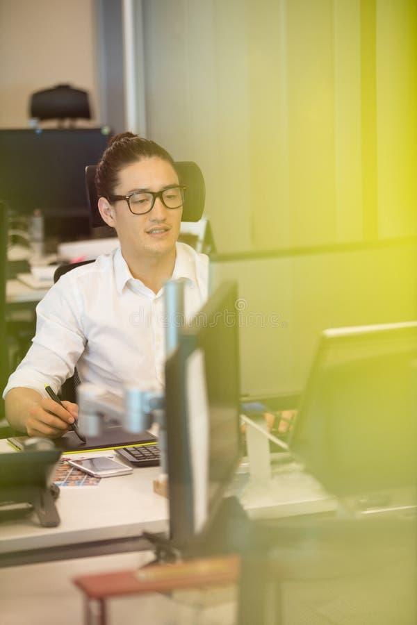 Märkes- användande digitizer på kontorsskrivbordet arkivfoton