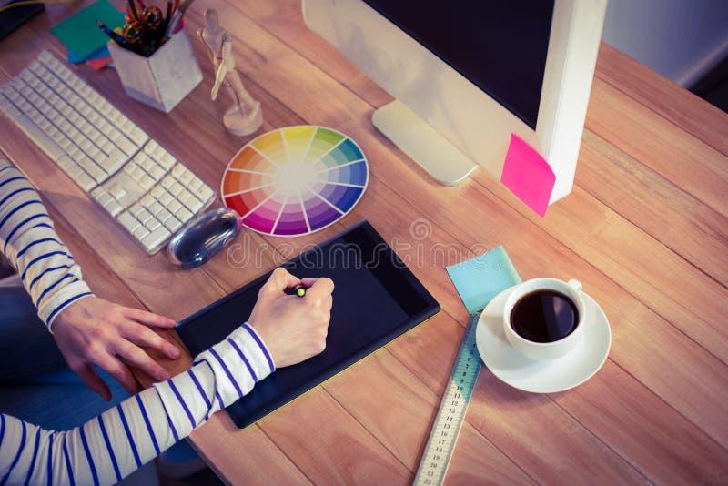 Märkes- användande digitizer på skrivbordet fotografering för bildbyråer