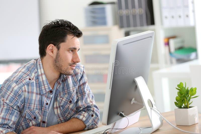Märkes- arbete för student på datoren royaltyfri bild