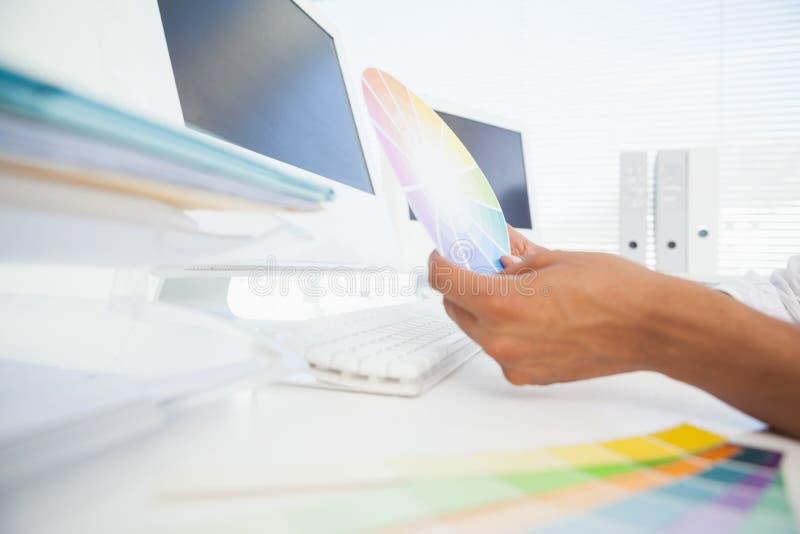 Märkes- arbete på det hållande färghjulet för skrivbord arkivfoto
