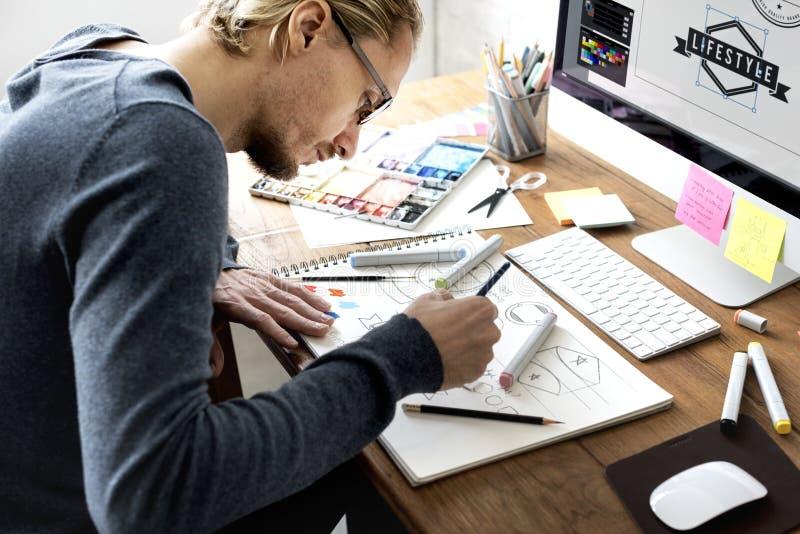 Märkes- arbete på kontoret arkivbild
