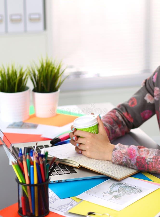Märkes- arbete på skrivbordet genom att använda digitizeren i hans kontor arkivfoto