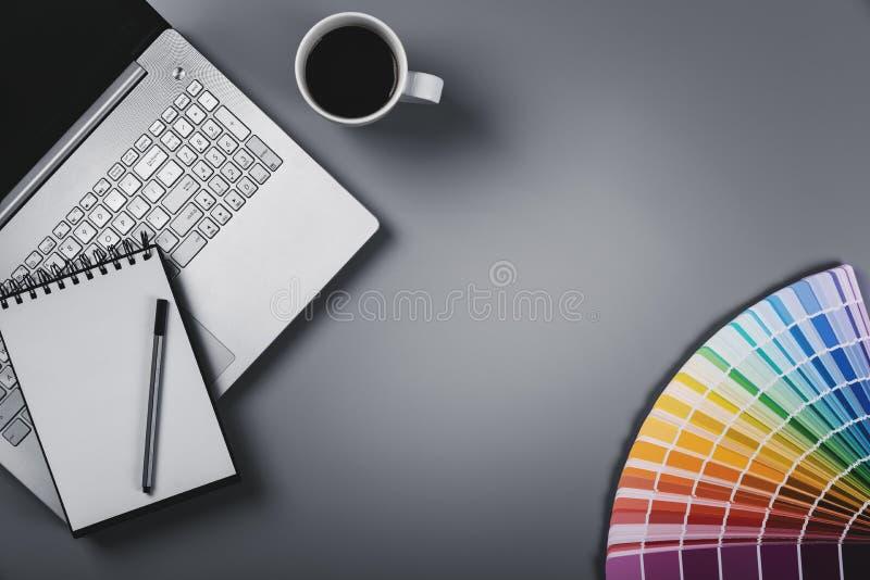 Märkes- arbetsplats med den färgpaletten och bärbara datorn Bästa sikt med royaltyfria bilder