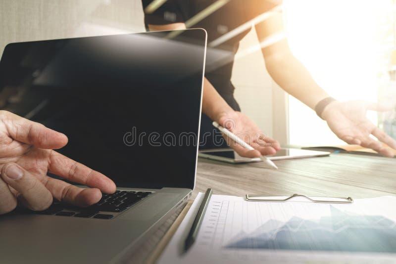 Märkes- hand som arbetar med den digitala minnestavladatoren och smart pho royaltyfri foto