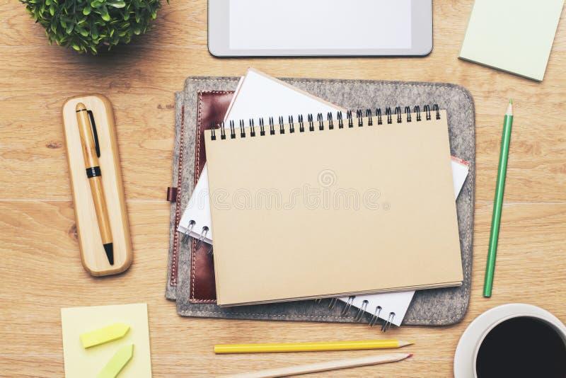 Märkes- skrivbord med den tomma notepaden arkivfoto