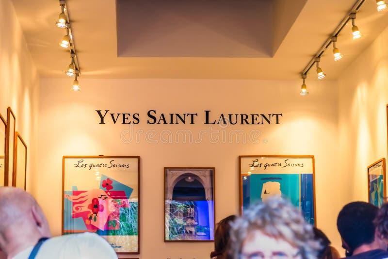 Märkesnamn av Yves Saint Laurent på den Jardin Majorelle trädgården och museet royaltyfri fotografi