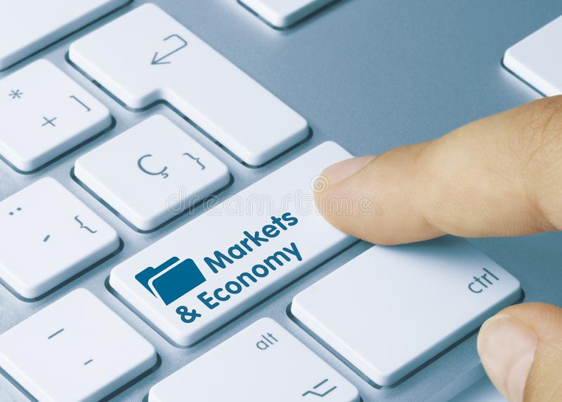 Märkte und Wirtschaft - Einschreibung auf Blue Keyboard Key stockfoto