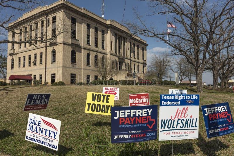 1. März 2018 - ABSTIMMUNG HEUTE - Wahltag in ländlichem Gebäude, Abstimmung stockbild