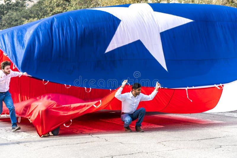 3. März 2018 - AUSTIN TEXAS - Universität von Texas-Studenten tragen Texas-Flagge unten Kongress-Allee Mexiko, jährlich stockfoto