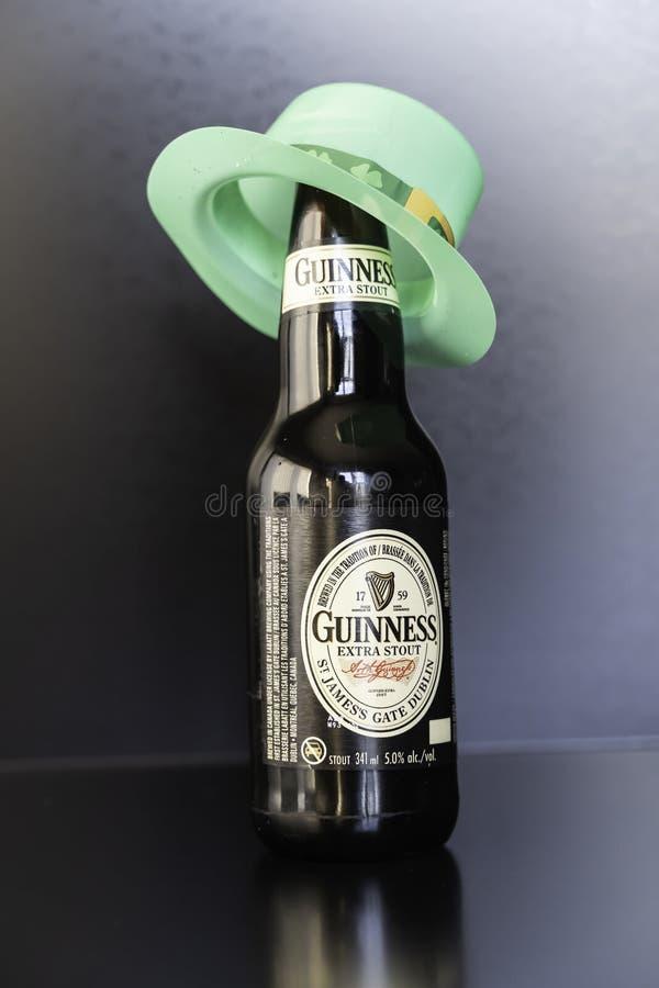 23. März 2019 - Calgary, Alberta Canada- - Guinness-Stoutflaschen mit grünem Hut stockfoto