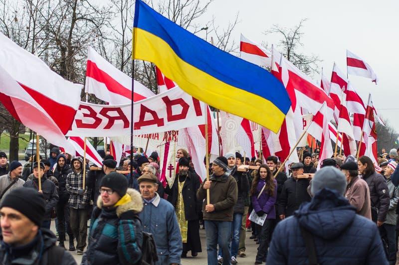 März der belarussischen Opposition am Tag des Gedächtnisses von Vorfahren Dziady belarus minsk 02 11 2014 stockfotos