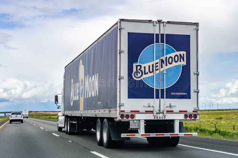 20. März 2019 Los Angeles/CA/USA - Blue Moon brannte den LKW ein, der auf das zwischenstaatliche fährt stockbild
