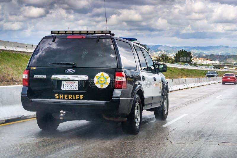 20. März 2019 Los Angeles/CA/USA - Polizeiwagenfahren auf die Autobahn stockfotografie
