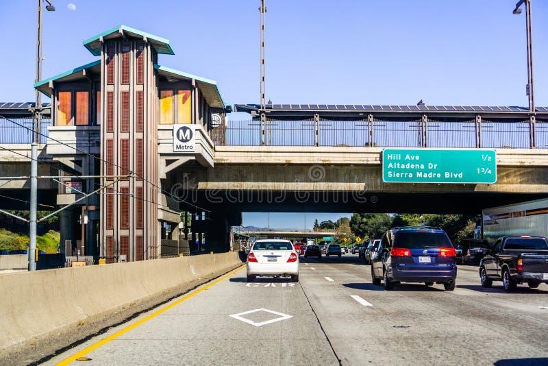 16. März 2019 Pasadena/CA/USA - Autofahren auf eine der Landstraßen, die die Stadt durchlaufen und unter eine Metrostation übersc stockfotografie