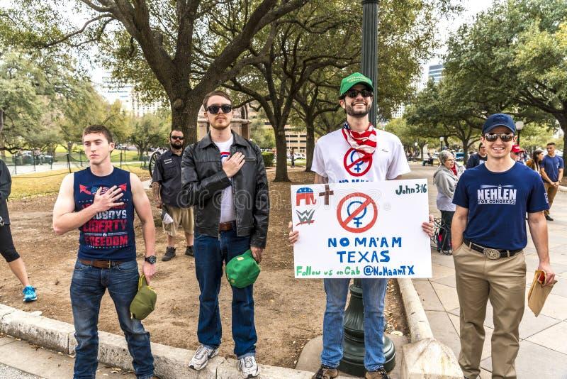 3. März 2018 PRO-TRUMP SAMMLUNG, AUSTIN TEXAS - Pro-Trumpf-Aktivisten-Griff überreichen Herz während PresidentVisit, konservativ lizenzfreies stockfoto