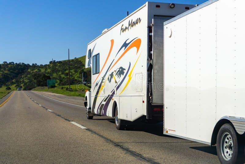 16. März 2019 Salinen/CA/USA - RV, der einen großen Anhänger auf einer Landstraße in zentralem Kalifornien schleppt stockbild