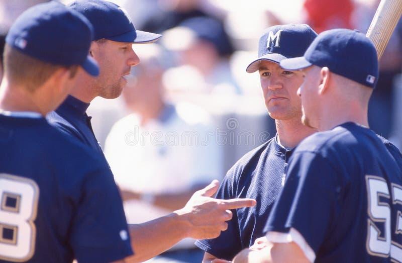 3. März 1998 sprechen Milwaukee Brewers-Mannschaftskameraden vor Spiel gegen Anaheim lizenzfreies stockbild
