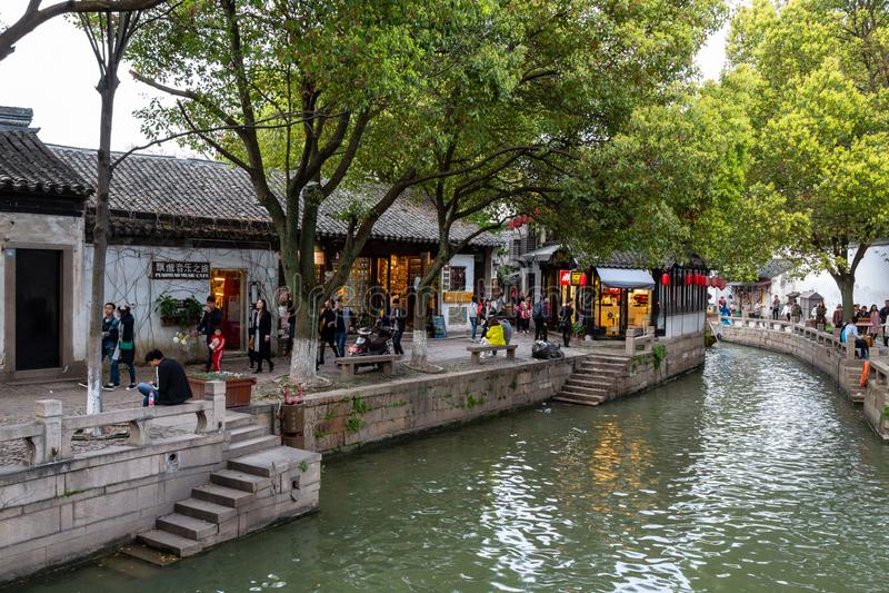 "März 2017 - Tongli, †Jiangsus, China ""Touristen gehen am Abend entlang den Kanälen von Tongli lizenzfreies stockfoto"