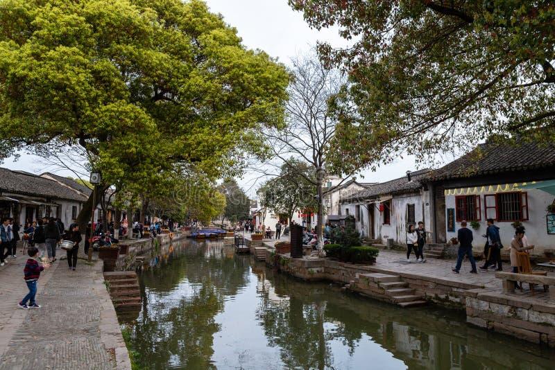 """März 2017 - Tongli, †Jiangsus, China """"Touristen gehen am Abend entlang den Kanälen von Tongli stockbilder"""